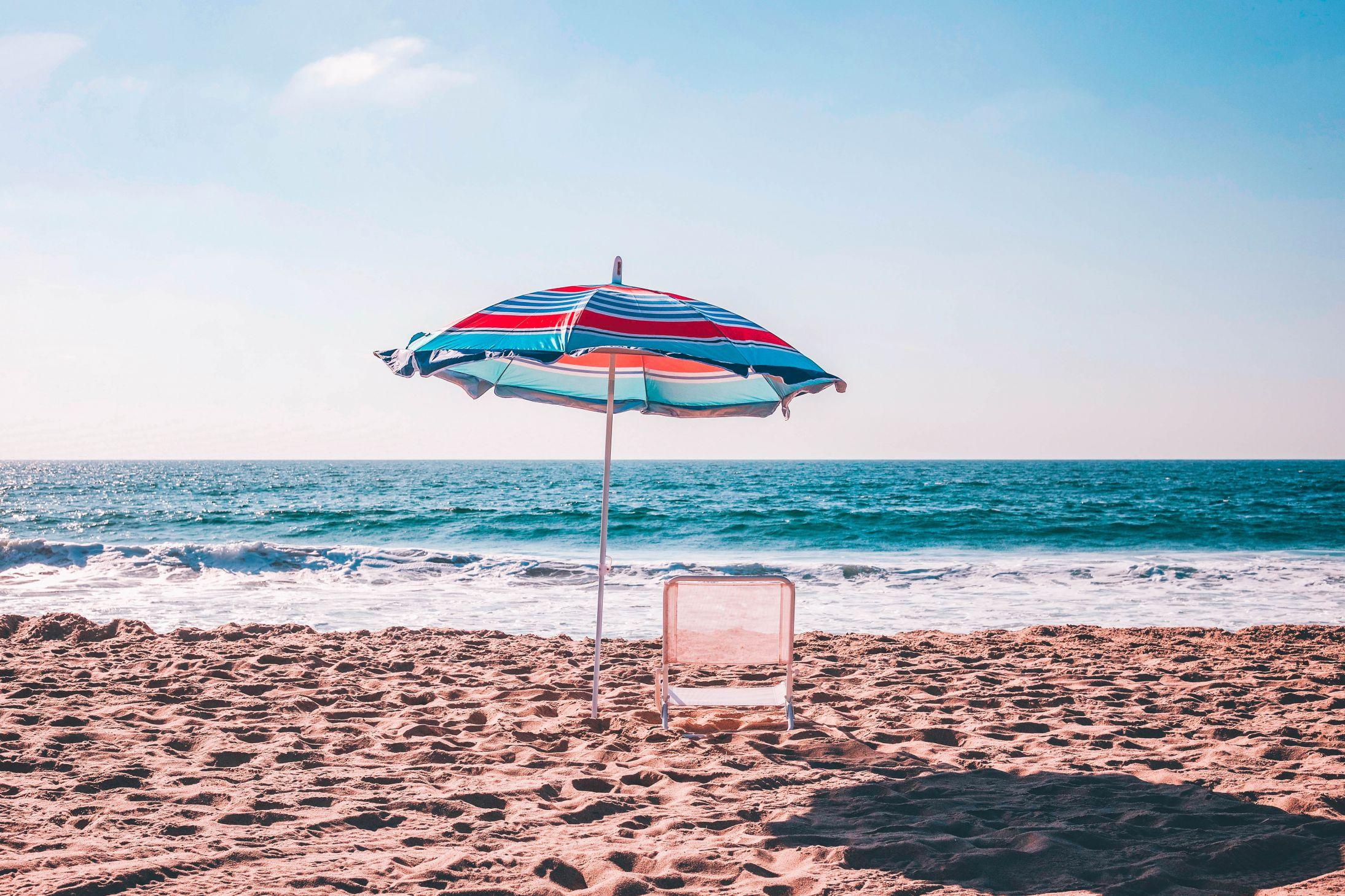 Mądry Czytelnik wychodzi na słońce z parasolem