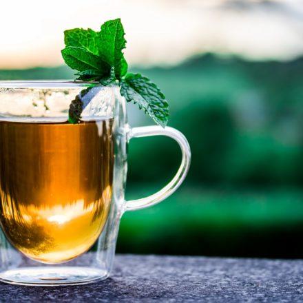 Czy warto pić herbatę, gdy dużo mówisz?